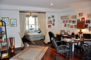 Suite con cama y el área del estudio